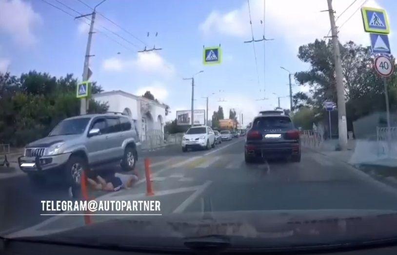 В Севастополе мужчина торопился на автобус, но попал под колеса автомобиля
