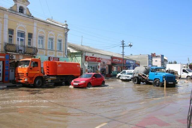 Из-за порыва водовода центр Керчи подтопило