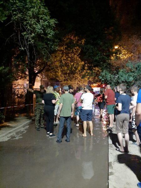 В Ялте сотрудник полиции вывел из горящего здания мужчину и женщину, оказавшихся в огненной ловушке