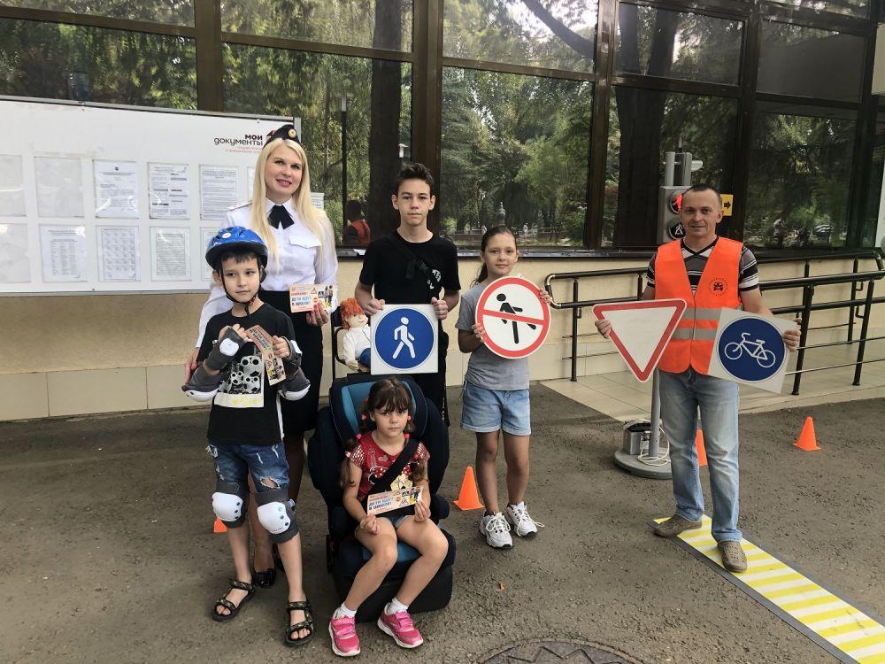 В одном из центров «Мои документы» г. Симферополя сотрудники Госавтоинспекции Республики Крым провели мероприятие по профилактике детского дорожно-транспортного травматизма
