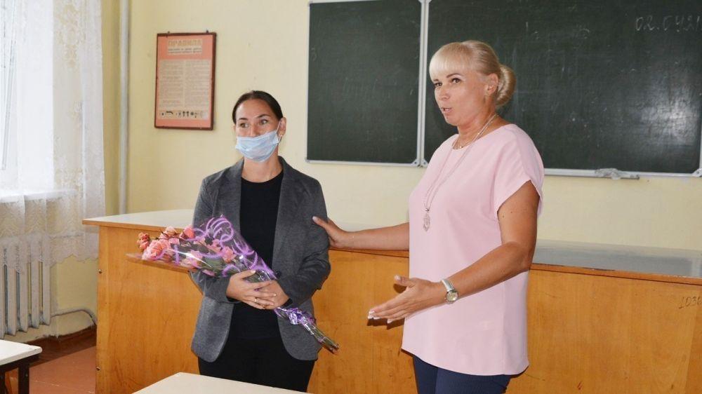 Елена Крестьянинова провела встречу с коллективом Островской школы