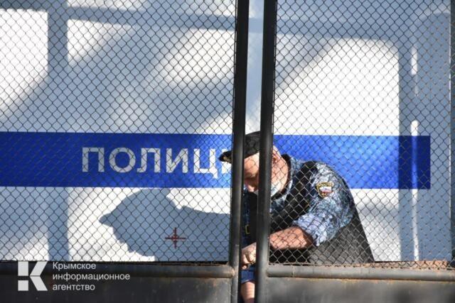 Житель Дальнего Востока въехал в забор школы в Евпатории и скрылся