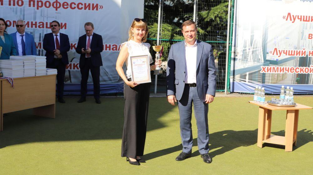 Игорь Коринь наградил победителей конкурса профессионального мастерства «Лучший по профессии» в номинации «Лучший лаборант химического анализа в электроэнергетике»