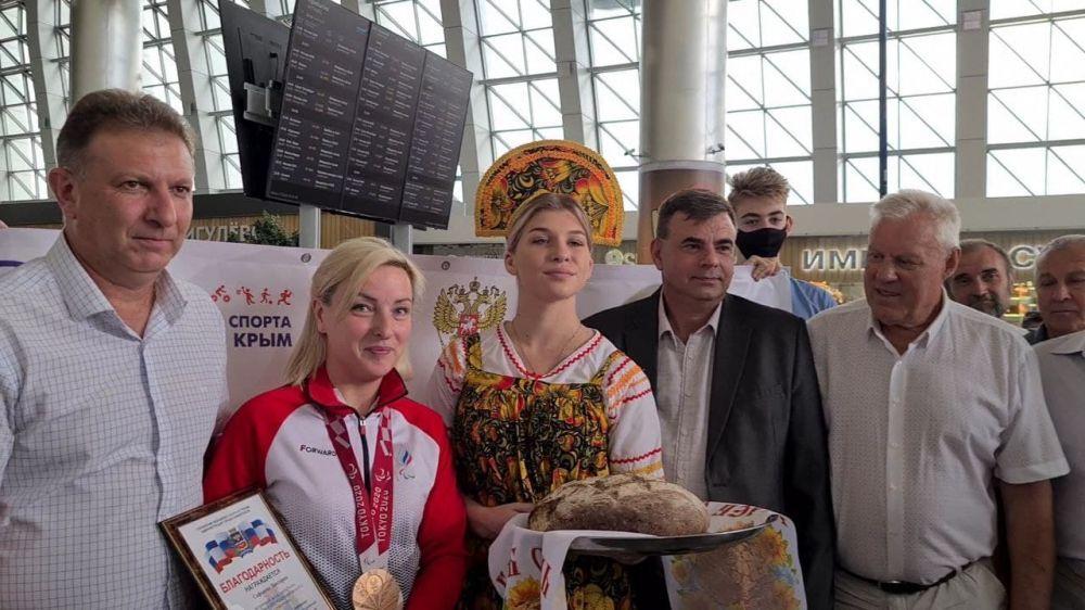 Серебряную медалистку Паралимпиады торжественно встретили в Симферополе
