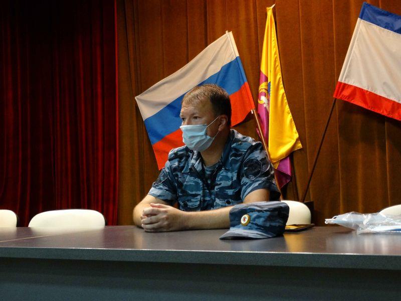 В Управлении МВД России по г. Ялта рассказали подросткам о буднях сотрудников полиции