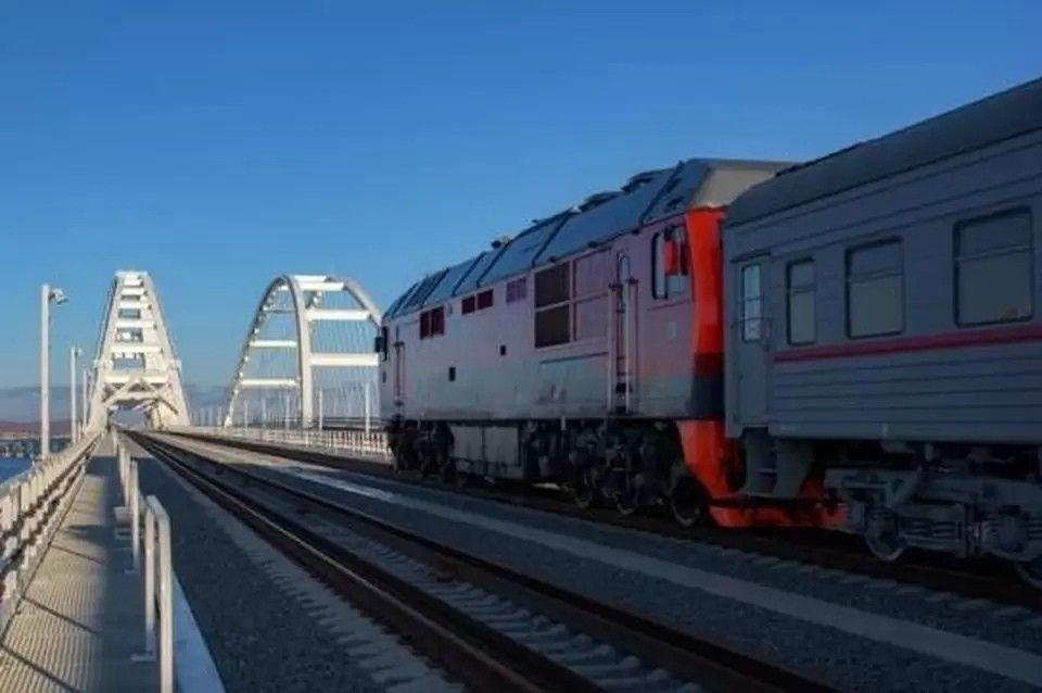 Мужчина проехал через Крымский мост на крыше грузового поезда
