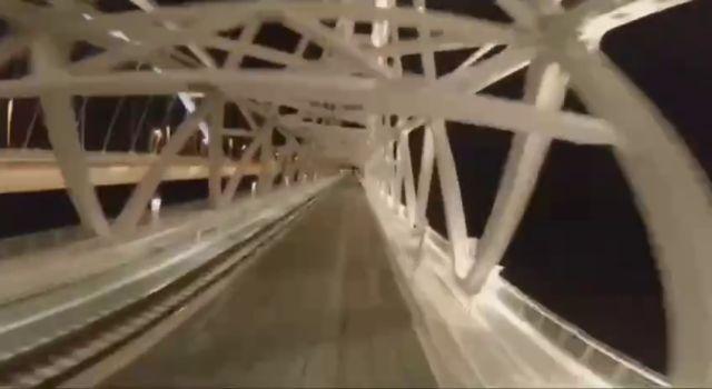 «Зацепер» из Благовещенска проехал по Крымскому мосту на крыше поезда