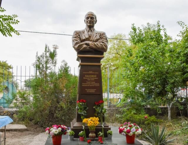 В Евпатории открыли памятник Василию Лановому