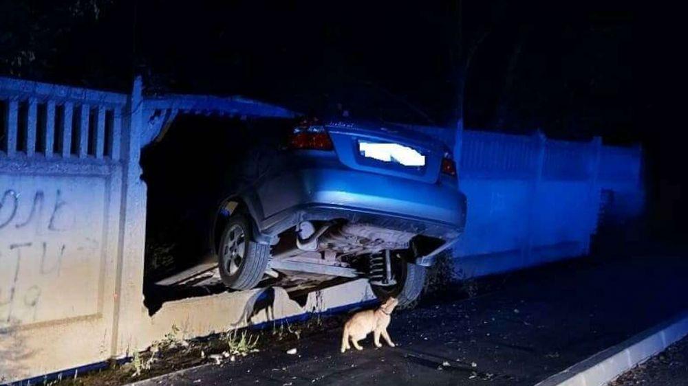 Пьяный крымчанин на Chevrolet застрял в заборе