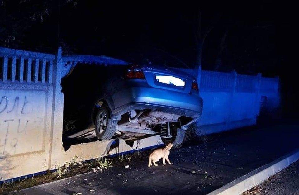 В Крыму пьяный водитель протаранил забор на машине матери