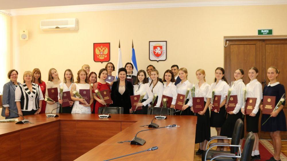 Арина Новосельская по поручению Главы Республики Крым вручила свидетельства именных стипендий лучшим студентам