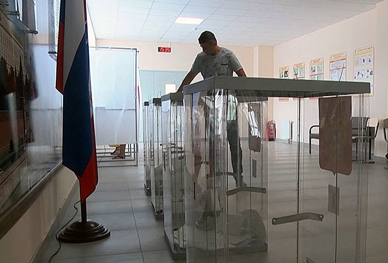 В России начали работу первые избирательные участки