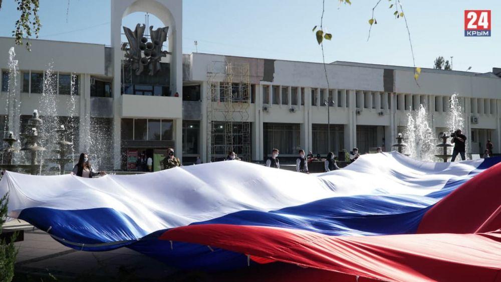 В Симферополе крымские студенты развернули 17-метровый флаг России
