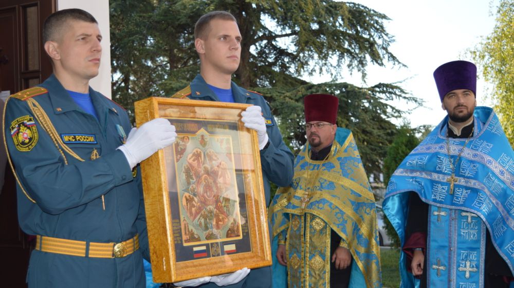 Пожарные и спасатели Крыма приняли участие в праздничном богослужении в честь иконы Божией Матери «Неопалимая Купина»