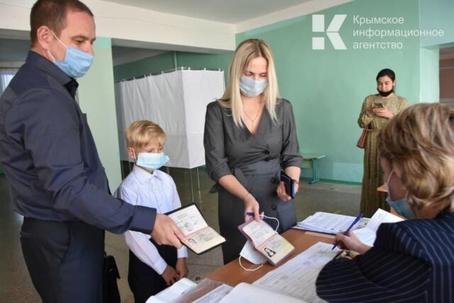 Крымские военнослужащие идут голосовать на избирательные участки семьями