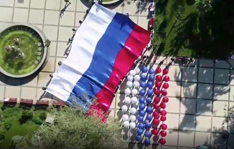 В Симферополе развернули 17-метровый триколор в честь начала голосования на выборах в Госдуму