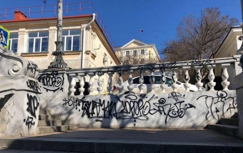 Хулиганы, «украсившие» Таврическую лестницу граффити, отделались штрафами
