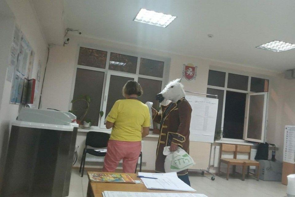 В Ялте на выборы в Госдуму пришли молодожены и «конь в пальто»