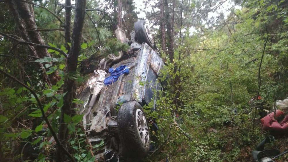 Как спасали пассажиров сорвавшегося с обрыва авто - видео
