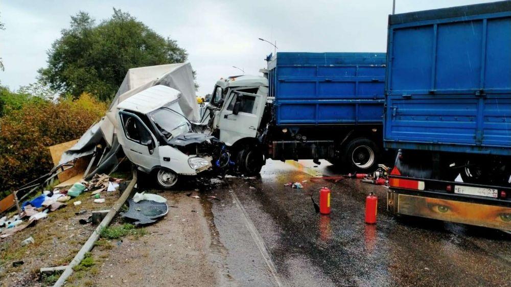 Тройное ДТП на Кубани: кабину разорвало, водитель в больнице - фото