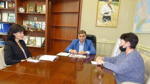 Представители Минсельхоза и НИИ сельского хозяйства Крыма обсудили новые подходы борьбы с амброзией полыннолистной, основанные на биологических методах - Андрей Рюмшин