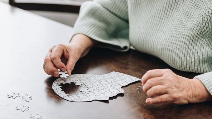 Нарушения в работе памяти у пожилых людей – один из первых признаков болезни Альцгеймера