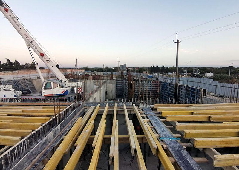 Продолжается строительство ледового катка на улице Генерала Мельника
