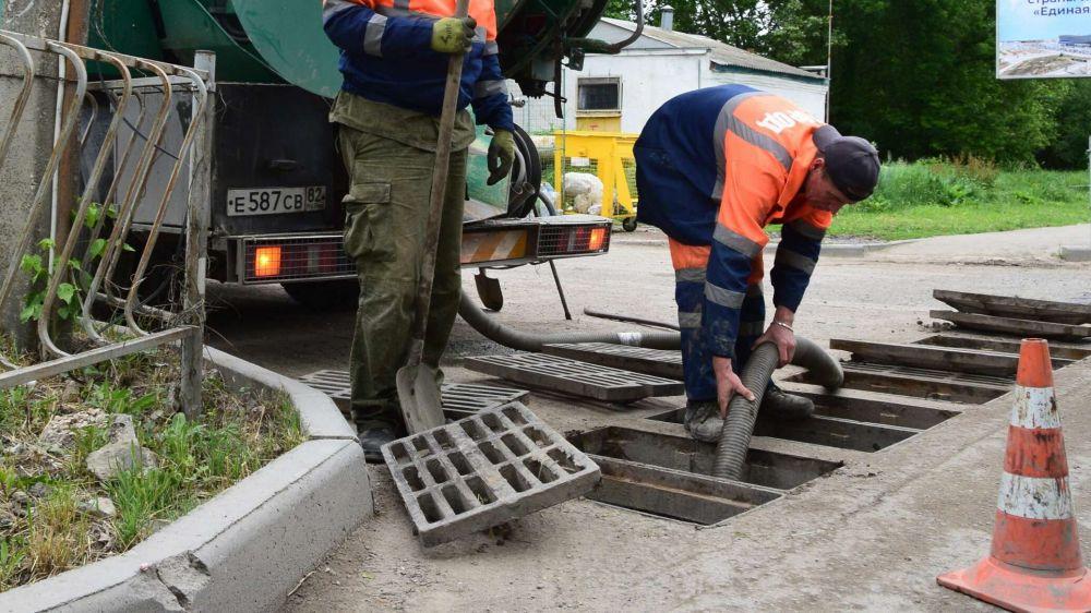 """В Симферополе готовятся к дождям: коммунальщики чистят """"ливневки"""""""
