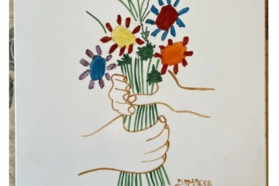 Жительница Крыма продает за 2 млн кусок плитки с росписью Пикассо
