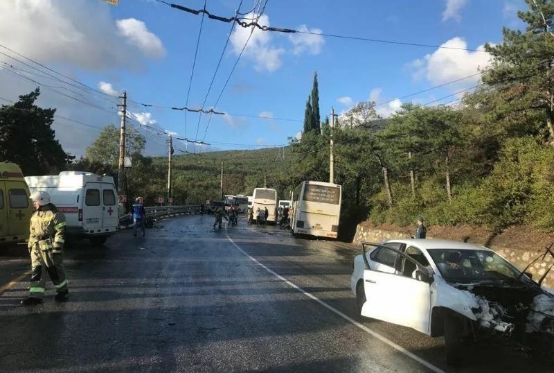 При столкновении легковушки и рейсового автобуса в Крыму погибли два человека