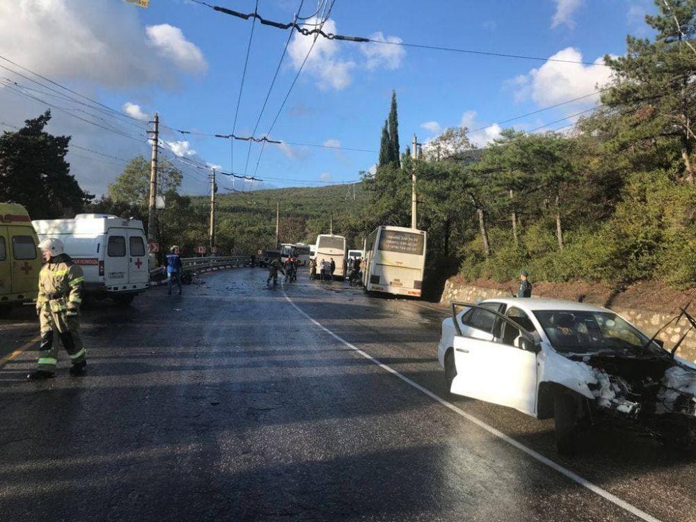 Под Алуштой легковушка протаранила рейсовый автобус: есть жертвы