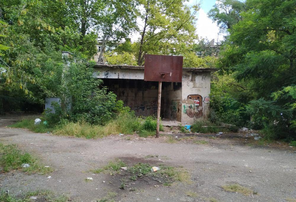 Власти Симферополя ищут собственников заброшки