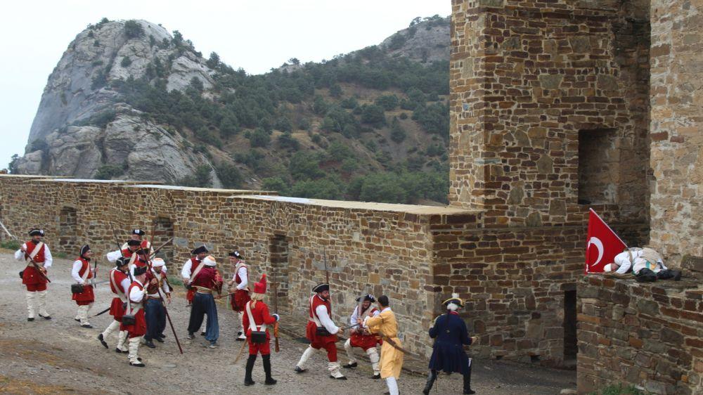 На территории Музея-заповедника «Судакская крепость» состоялась историческая реконструкция эпизодов военных действий русско-турецкой войны