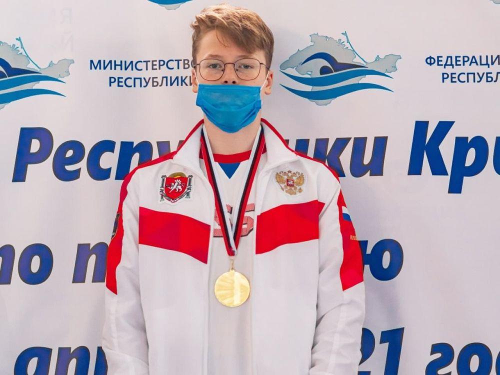 Крымский пловец выиграл три золотых медали в Астрахани