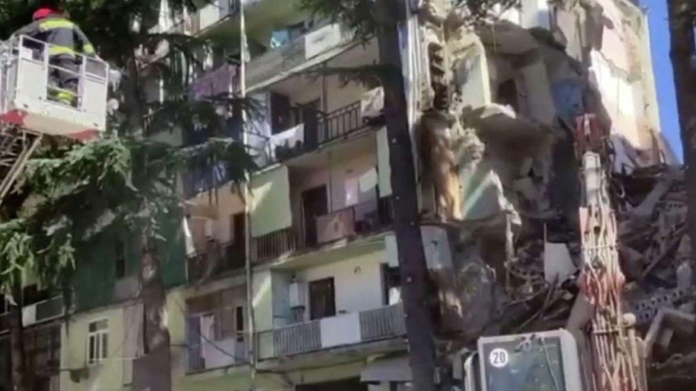 Жилой дом рухнул в Батуми: под завалами ищут людей - видео