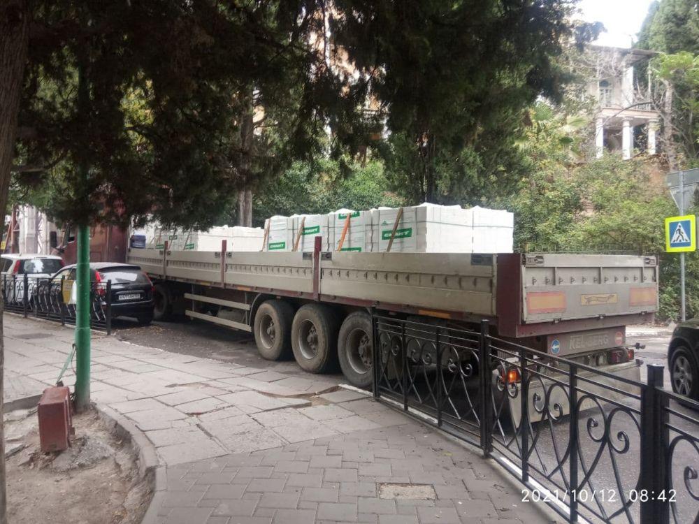 В центре Ялты застрял грузовик