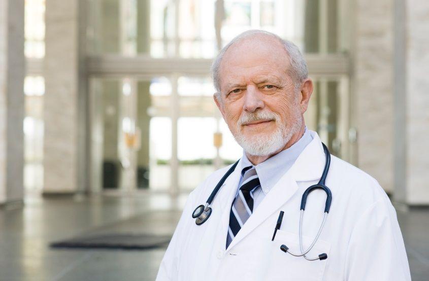 В Минздраве зовут пожилых медиков вернуться по месту работы