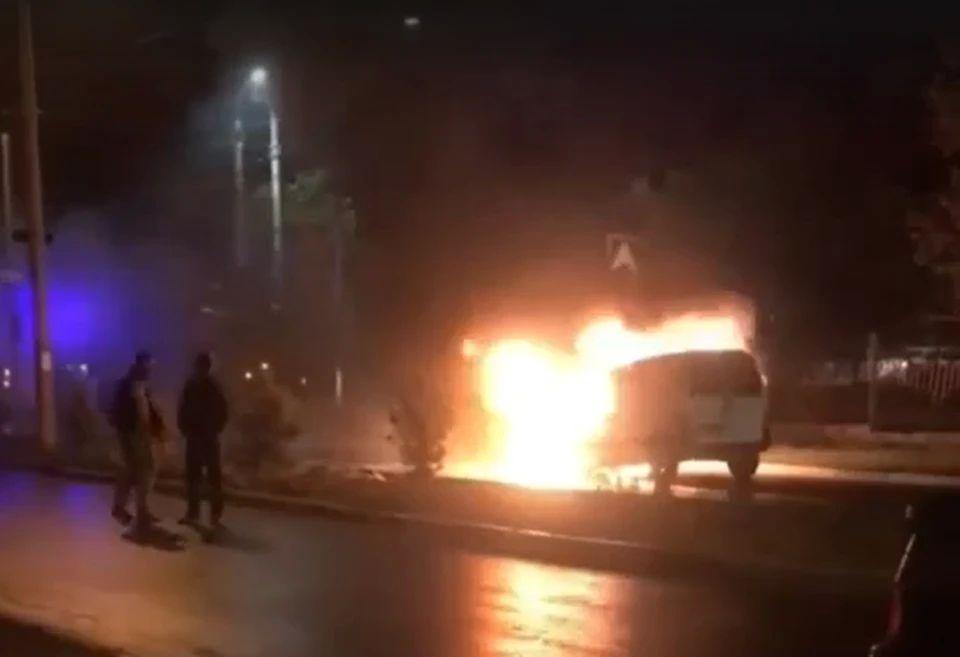 Ночью в Симферополе на дороге загорелся автомобиль