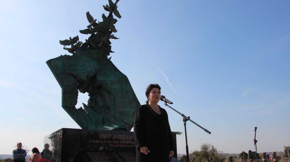 Арина Новосельская приняла участие в митинге-реквиеме, посвященном памяти о жертвах трагических событий в Керченском политехническом колледже