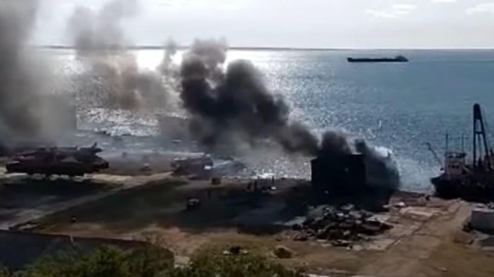 В Керчи на старом списанном судне произошел пожар
