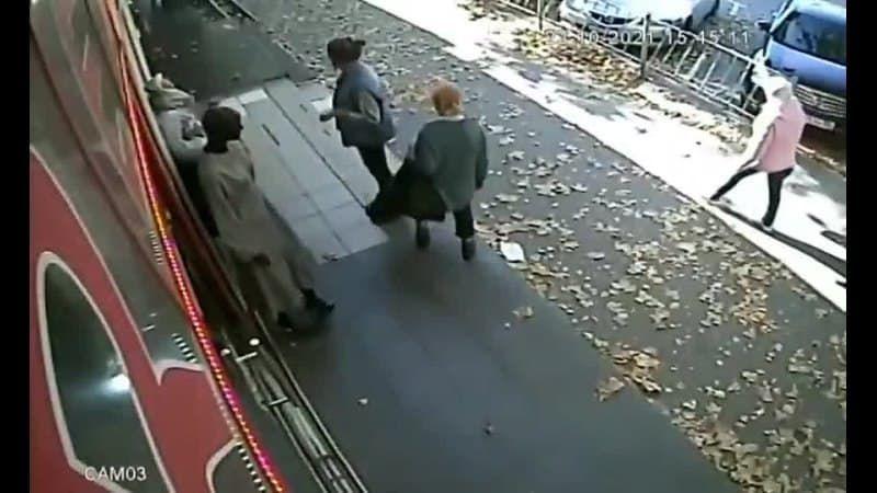 В Симферополе девушка сняла куртку с манекена на улице и спокойно ушла