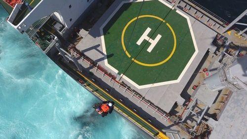Вертолет МЧСРФ эвакуирует заболевшего моряка скипрского судна уберегов Крыма