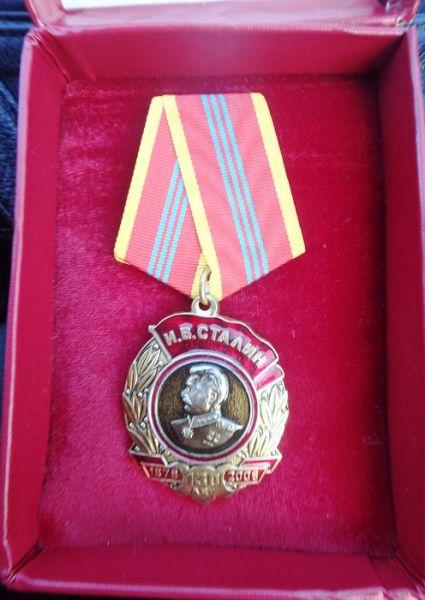 Игорь Чеглаков вручил ветерану ВОВ Николаю Олейникову памятную медаль