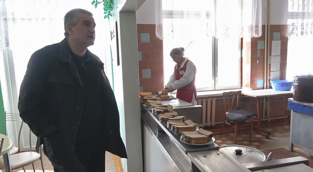 Сергей Аксёнов проинспектировал Черноморский район, где проходил выездной приём граждан членами Совмина Крыма и руководителями ведомств