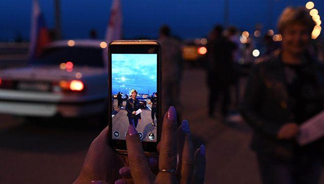 Люди в ожидании открытия движения по Крымскому мосту. 16 мая 2018