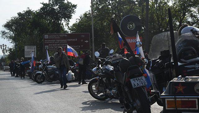 Байкеры в ожидании открытия движения по Крымскому мосту