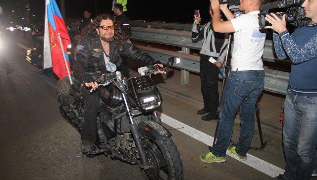Лидер мотоклуба Ночные волки Александр Хирург Залдостанов в ожидании открытия движения по Крымскому мосту
