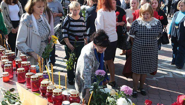 Цветы и свечи у народного мемориала в Симферополе в память о погибших при нападении на Керченский политехнический колледж