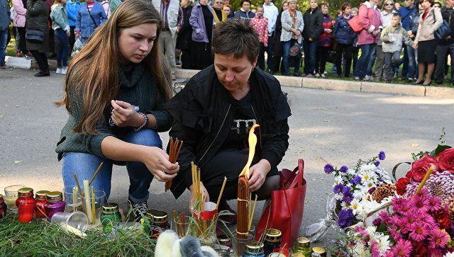 Люди у народного мемориала рядом с Керченским политехническим колледжем, в котором произошли взрыв и стрельба