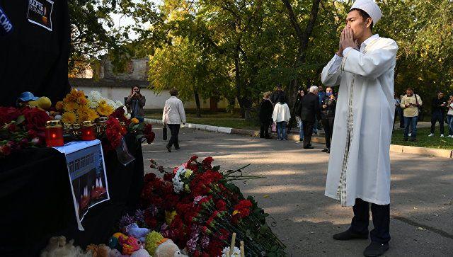 Мужчина у народного мемориала рядом с Керченским политехническим колледжем, в котором произошли взрыв и стрельба